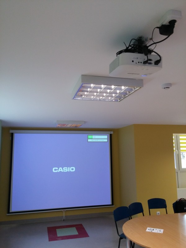 Projektorius su ekranu bibliotekoje Panevėžyje - UAB Seleris